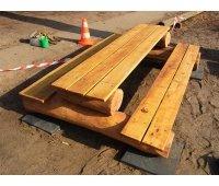 Massive Kindersitzbank mit Tisch aus witterungsbeständiger Robinie. Hier kann im Freien gewerkt werden.