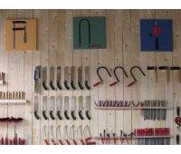 Eine große Werkzeugwand mit Werkzeugillustrationen auf Leinwand für die richtige Werkstattatmopsphäre