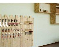 Verspielte Werkstattwand mit einfachen Materialregal aus Restholz