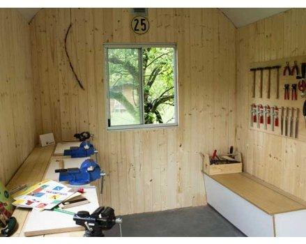 Eine kleine Werkstatt mit viel Arbeitsfläche und übersichtlicher Werkstattwand