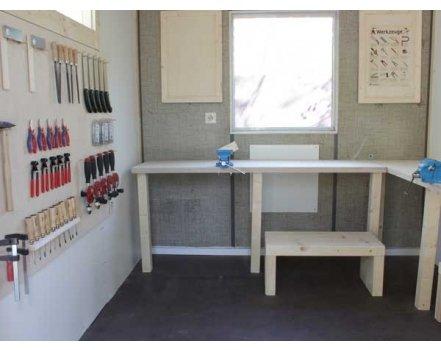 Einfache aber stabile Tische, ein Materialregal und eine Werkstattwand bilden die Basis der Werkstatt. Ein nachträglich eingebautes Fenster sorgt für mehr Licht.