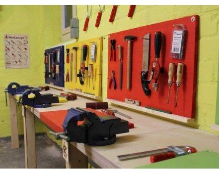 Individuell farbige Arbeitsplätze mit allen wichtigen Werkzeugen