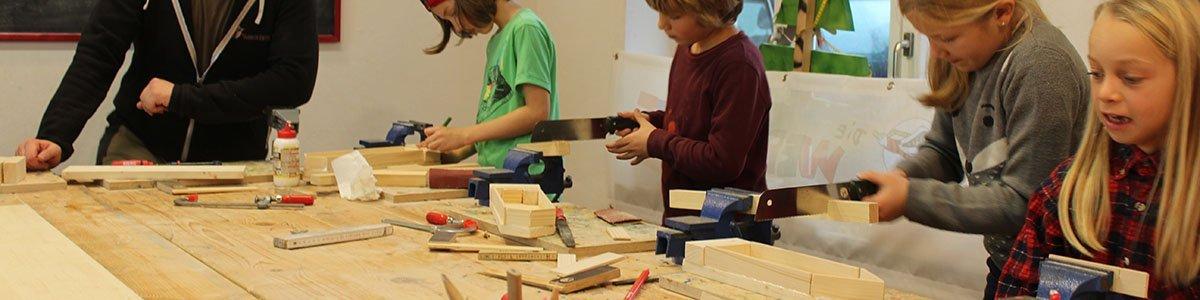 Kinder beim Werken in der Kurswerkstatt