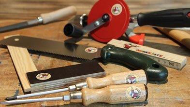 Ausgewähltes Werkzeug der Werkkiste liegt auf der Werkbank