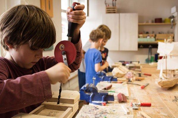 Kidner werken in der Kurswerkstatt der Werkkiste