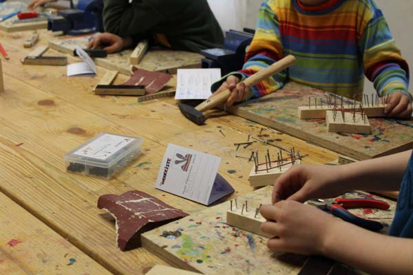 Kinder machen den Werkzeugführerschein