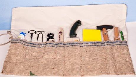 Die Werkzeugtasche aus Kaffeesaecken gefuellt mit Kinderwerkzeug