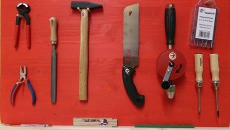 Die Montessori Werkzeugwand mit den wichtigsten Werkzeugen fuer Kinder